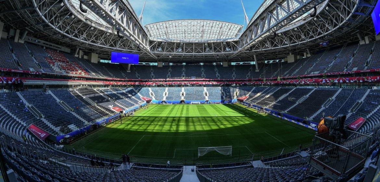 Поле и трибуны стадиона