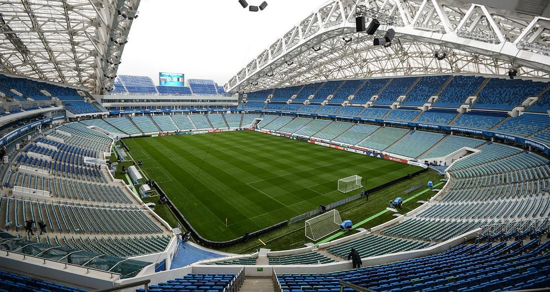 Вид на поле и трибуну стадиона «Фишт»